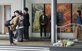 JR三ノ宮駅前で2人が死亡した市営バス事故の現場付近で、手を合わせる男性=22日午前8時12分、神戸市
