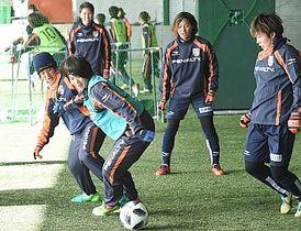 ミニゲームで競り合う坂本(左端)らAC長野パルセイロ・レディースの選手