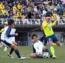 ドリブル突破する栃木SC新加入のDF久富(右)=県グリーンスタジアム