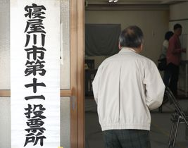 衆院大阪12区補欠選挙の投票=21日午前、大阪府寝屋川市