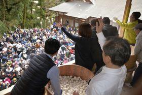 大阪府河内長野市の光滝寺で開かれた餅まき大会=26日午後