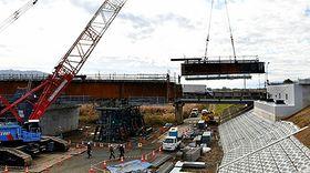 進められている荒砥橋の架け替え工事。22日は橋桁の取り付け作業が行われた=白鷹町