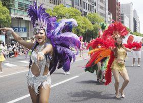 第48回神戸まつりで、リズムに乗ってサンバを踊る女性=20日午後、神戸市