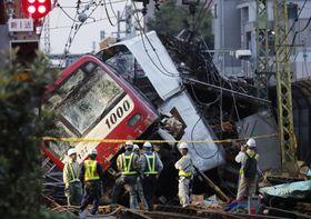 京急線の踏切で、トラックと衝突し脱線した車両=9月5日、横浜市神奈川区