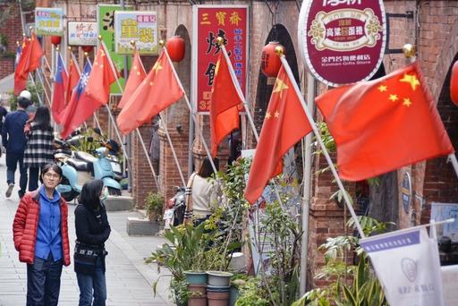 中国からの観光客を歓迎する中国旗がはためく台湾・金門島=2月(共同)