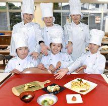 出来上がった鶴もどき料理を披露する野田女子高校の生徒=出水市