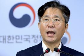 日本の輸出規制強化について記者会見する成允模・韓国産業通商資源相=24日、ソウル(聯合=共同)