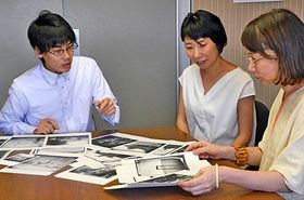 写真集出版に向け準備を進める豊田美智子さん(中央)らプロジェクトメンバー=松江市東長江町