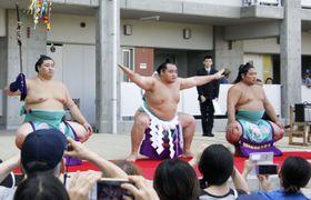 東日本大震災からの復興を祈願し、土俵入りを披露する横綱鶴竜(中央)=13日午後、仙台市
