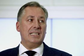 9日、モスクワで記者団に話をするロシア・オリンピック委員会のポズドニャコフ会長(タス=共同)