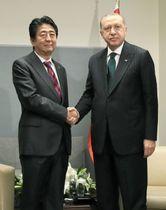 会談を前に握手を交わす、安倍首相(左)とトルコのエルドアン大統領=24日、米ニューヨークの国連本部(代表撮影・共同)