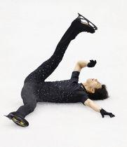 公式練習で4回転半ジャンプに挑戦するも着氷に失敗した羽生結弦=トリノ(共同)