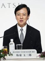 第31回高松宮殿下記念世界文化賞の記者会見であいさつする坂東玉三郎さん=15日午後、東京都港区