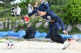 スピードに乗ったドリブルが武器のMF小屋松知哉=沖縄県の残波ビーチ