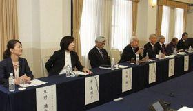フォーラムの設立趣旨や活動方針を説明する大原さん(左から4人目)=東京都内