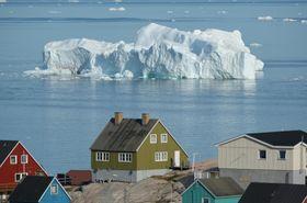 グリーンランド(デンマーク領)で、イルリサットの湾に浮かぶ氷山=7月30日(ゲッティ=共同)