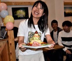 「日本ポテトサラダ協会」1周年記念パーティーで「ポテサラケーキ」を手に登場した榊原裕希さん=10月、広島市