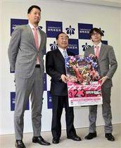 由利本荘市役所で長谷部市長(中)とともに、ホームゲーム開催をPRする谷口選手(左)と水野社長