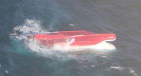 納沙布沖で転覆した慶栄丸とみられる船(第1管区海上保安本部提供)