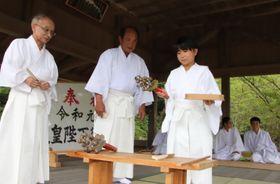 神職の指導で平戸神楽の所作を学ぶ子ども(右)=平戸市、亀岡神社