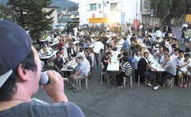 越知町商店街の地区大会で熱唱を楽しむ住民ら(越知町越知甲=飯野浩和撮影)