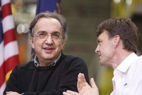 セルジオ・マルキオンネ最高経営責任者(CEO、左)とマイク・マンリー氏(右)=2010年(AP=共同)
