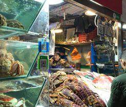 新鮮な海産物が並ぶ市場内の店。当たり前のように支払い用のQRコードがある(撮影=伊勢本ゆかり)