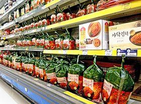 韓国の「おふくろの味」であるキムチが並ぶ商品棚