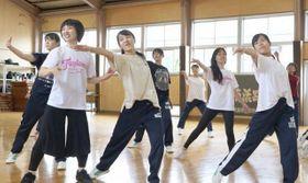 ファジアーノのスタッフ(FagianoのTシャツを着た2人)に指導を受け、練習に励む瀬戸南高ダンス同好会メンバーら=瀬戸南高