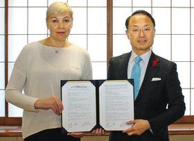 五輪の事前合宿に関する協定書を持つ山野之義市長(右)とスベトラーナ・モイセワ・ヘッドコーチ=金沢市役所で