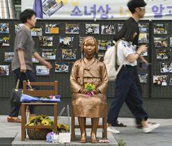 ソウルの日本大使館前にある従軍慰安婦問題の少女像=14日(共同)