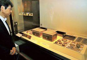 三嶋大社伝承の国宝などが展示されている会場=22日午前、三島市の三嶋大社宝物館