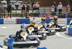 島根県江津市の中心部で開催された国内初の公道カートレース=20日午後
