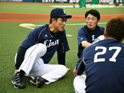登録抹消された15日、普段通りに試合前のグラウンドで源田(右)らと話す松井