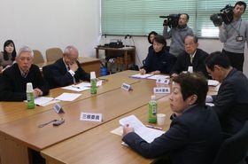 代表者選定のスケジュールなどを確認する審査会の委員ら=長崎市役所