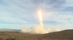米国防総省が公開した、地上発射型中距離弾道ミサイルの発射実験の映像=12日(同省提供=共同)
