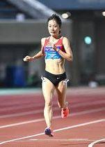 女子1万メートル、32分3秒40で優勝した鍋島莉奈(撮影・中村太一)