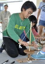 舞錐で火おこしに挑戦する児童(高知県南国市の久礼田小学校)