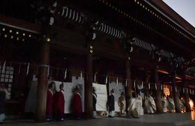 明治神宮で行われた遷座祭の「遷御の儀」で、ご神体を本殿に運ぶ神職ら=10日夜、東京都渋谷区