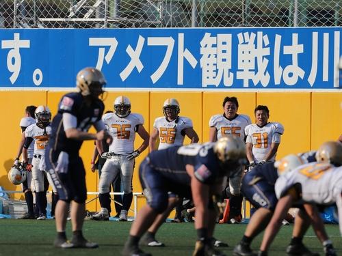 第4クオーター、フィールドを見つめる太陽ビルの選手たち=撮影:Yosei Kozano、4日、川崎富士見球技場