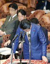14日の衆院予算委で裁量労働制をめぐる過去の発言について陳謝する安倍首相