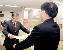 表彰状を受け取る管家西予市長(左)