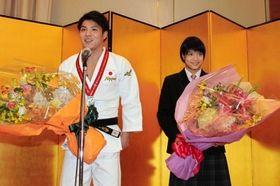 世界選手権男子66キロ級を制し、祝勝会であいさつする阿部一二三(左)と妹の詩