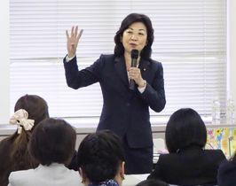 女性を対象とした政治塾で講演する野田前女性活躍相=21日午後、東京都内