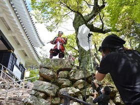 岐阜城周辺で行われた撮影。県内各地でカメラを向け、魅力を発信する=岐阜市、金華山