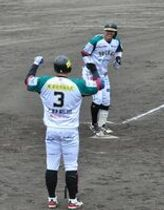 4回にソロ本塁打を放ち生還する栃木GBの佐々木(奥)=南会津町びわのかげ総合運動公園野球場