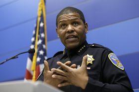 記者会見で質問に答えるサンフランシスコ警察の最高幹部=21日(AP=共同)