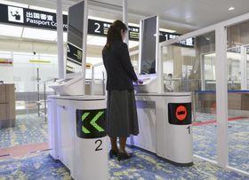 新千歳空港で報道機関に公開された、顔認証技術を使った自動化ゲート=13日午後