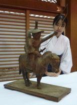 昨年からの修理が完了し、報道陣に公開された「流鏑馬木像」=21日午後、奈良市