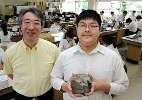 米国でマグマの研究内容を発表する福田俊介さん(右)と指導する川勝和哉教諭=西脇市野村町、西脇高
